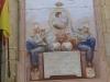 Detall del mural de Ferran VII, que hi ha a la façana, en commemoració de les Corts de Cadis. Si no anem errats en la interpretació del text que hi figura, una mica borrós, diu: Viva Fernado VII - Monarca amado - Que mil y mil años - Vea su enlace - Afortunado