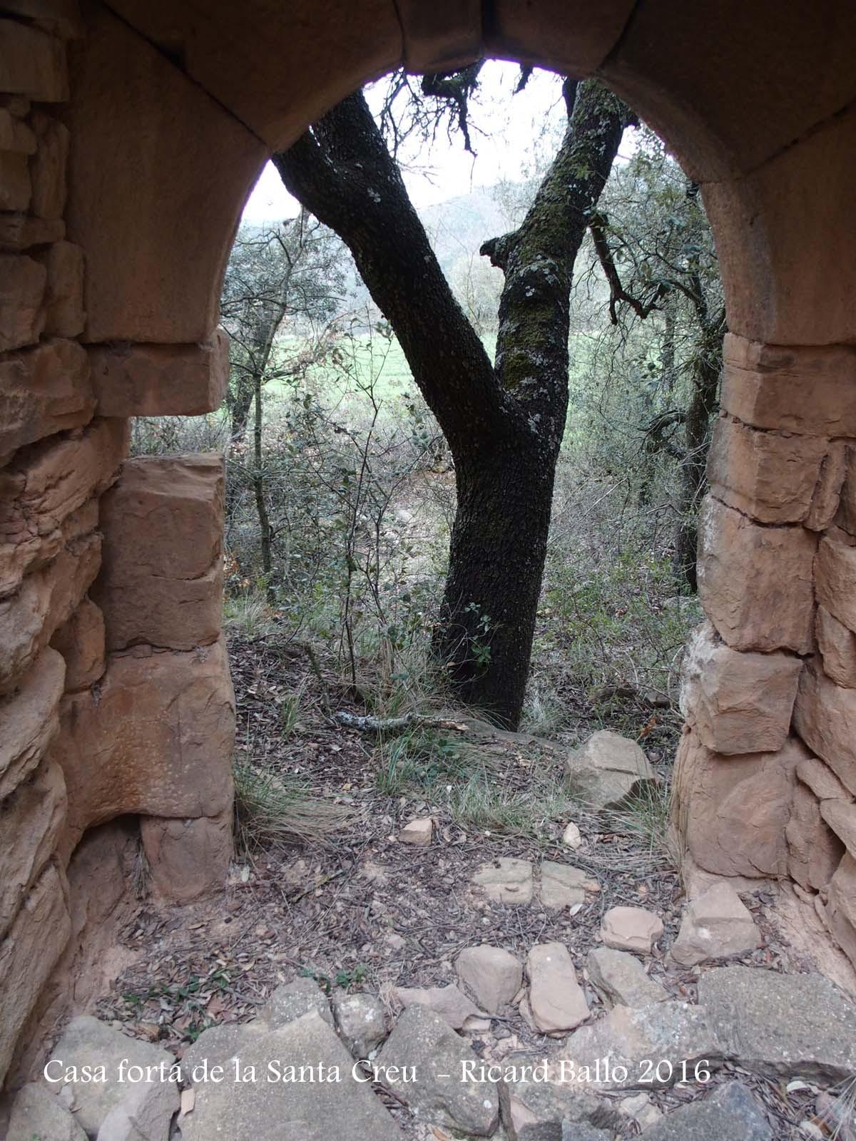 Casa Forta de la Santa Creu – Artesa de Segre - Porta d'entrada vista des de l'interior