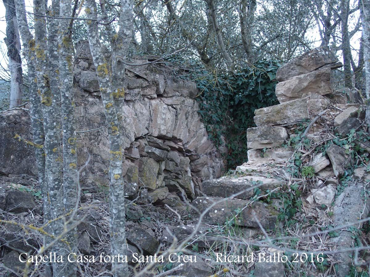 Restes de la capella de la Casa Forta de la Santa Creu – Artesa de Segre