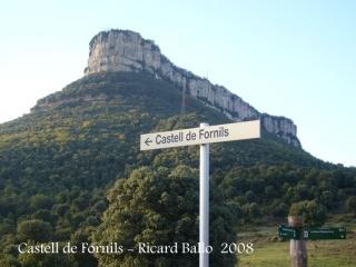 Camí al Castell de Fornils.Dalt del turó del fons de la fotografia hi ha el Santuari del Far.