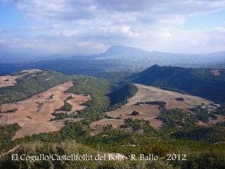 Castellfollit del Boix - Vistes des del Cogulló. Al fons, la muntanya de Montserrat.