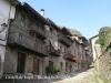 Vista d\'un carrer de Rupit. Les darreres cases, a l\'esquerra, estan edificades al carrer del Fossat.  Evidentment, alguna cosa tindran a veure amb el castell