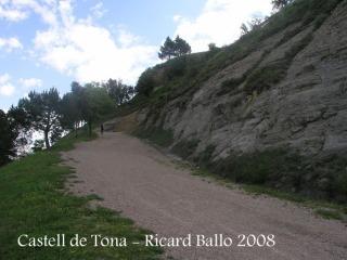 Tona: camí de pujada al castell.
