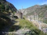 Tot i que des de la carretera ho sembli, no està dins de les instal·lacions de la Central hidroelèctrica.