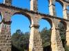 Pont del Diable – Tarragona - La presència d'una visitant als peus de la construcció, permet fer-se una bona idea de la magnitud d'aquest aqüeducte.