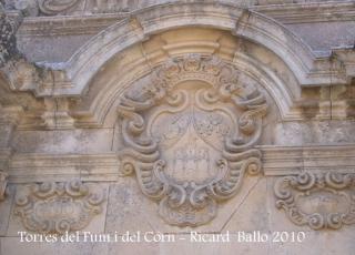Torres del Fum i del Corn - Sant Feliu de Guixols: Escut que hi ha a la façana de l'Arc de Sant Benet.
