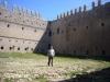 Castell de Montgrí – Torroella de Montgrí - Sota els peus d'aquest visitant, hi ha una cisterna que recull l'aigua de la pluja