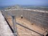 Castell de Montgrí – Torroella de Montgrí - La figura d'un visitant dins la cisterna, permet valorar les respectables dimensions d'aquest dipòsit