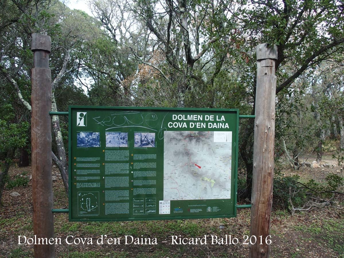 Dolmen de la Cova d'en Daina – Santa Cristina d\'Aro - Plafó informatiu situat al davant de les pedres