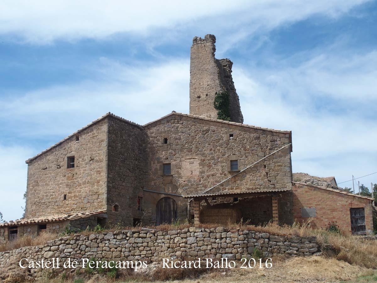 En segon terme apareixen les restes del castell de Peracamps