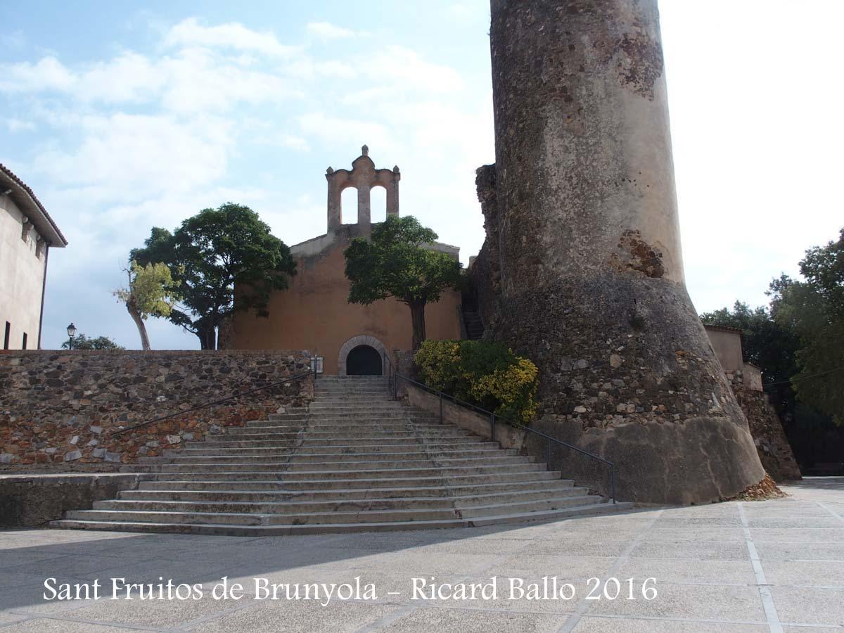 Església de Sant Fruitós – Brunyola - A la dreta, en primer terme, una de les torres del Castell de Brunyola