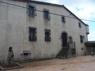 Edificació situada a la vora de l\'Església de Sant Martí de Romanyà – Santa Cristina d\'Aro. Al davant hi ha un bust de Mercè Rodoreda