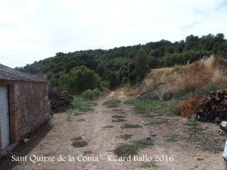 """Església de Sant Quirze de la Coma – Llobera """" El camí travessa completament el patí de la masia"""""""