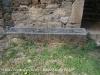 Mas de la Torre d'en Rosés – Girona - Ens preguntem : És un dipòsit de pedra tallat d'una sola peça ...? o un sarcòfag de pedra ... ?