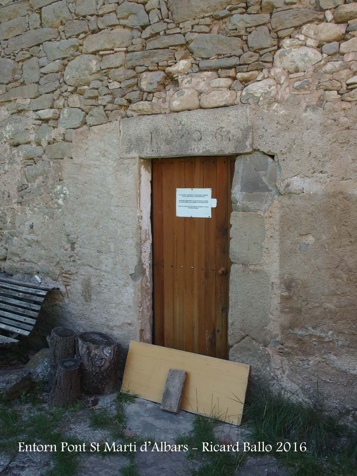 Pont de Sant Martí d'Albars - Entorn - De lluny vàrem veure que hi havia un cartell enganxat en una porta. Ens hi vàrem acostar a veure que hi deia ...