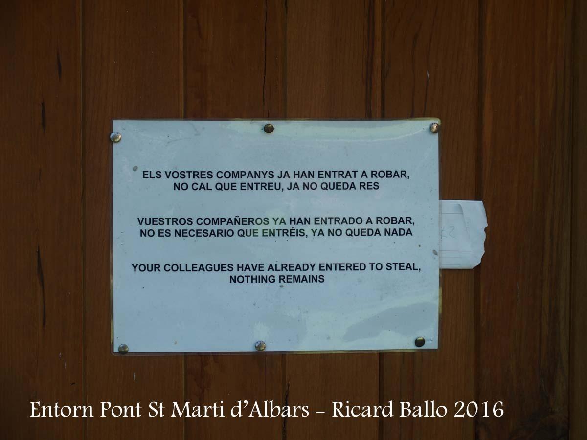 Pont de Sant Martí d'Albars - Entorn - Un missatge directe, àcid, no exempt d'un humor negre, emès en varis idiomes, per que tothom ho entengui), però que a la vegada traspua la tristesa de trobar-se inevitablement amb aquest fets ...