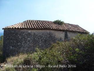 Una mica a baix de l'anterior edificació, veiem la teulada del Santuari de Gràcia