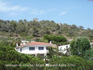 Dalt del turó, a la dreta, apareix el Santuari de Gràcia – Sitges