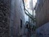 Campanar de Santa Maria – Vilafranca del Penedès - Un dels carrerons que envolten la basílica i el campanar.