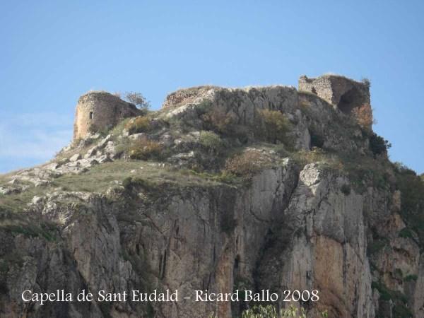 Paratge de Rubió de Sols. A l'esquerra, la capella de Sant Eudald. A la dreta, les restes del Castell de Rubió de Sols.