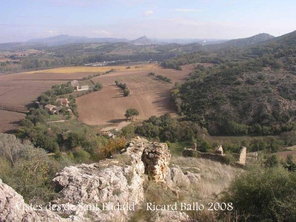 Vistes des de les restes de la capella de Sant Eudald i les del castell de Rubió de Sols.