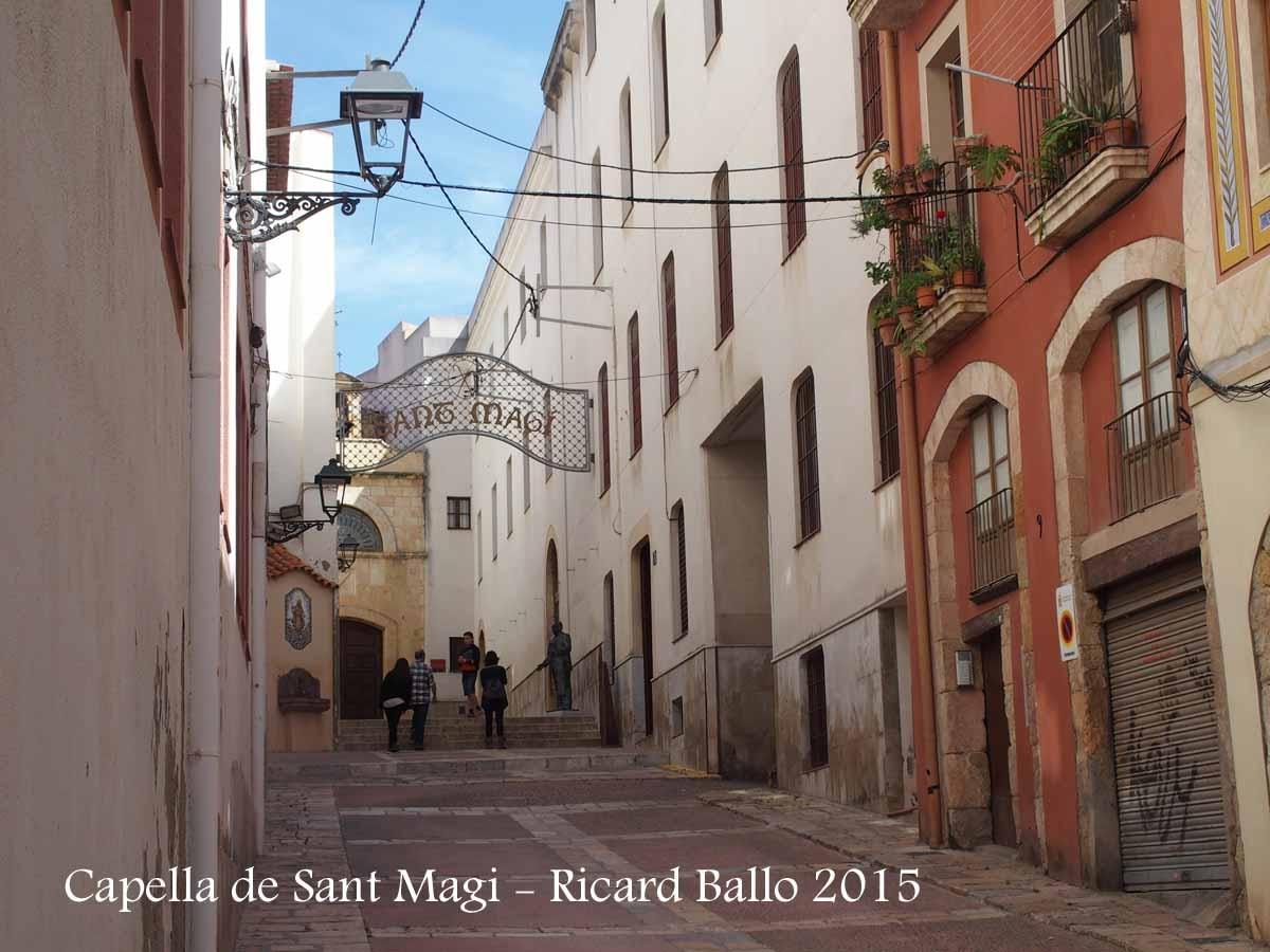 Tarragona - carrer Portal del Carro. Al fons, la Capella de Sant Magí