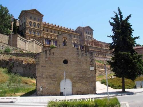 Capella de Sant Marc – Manresa - Al fons de la fotografia, apareix el conjunt monumental de la Cova de Sant Ignasi.