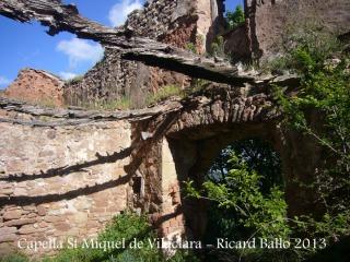 Capella de Sant Miquel de Vilaclara - Interior completament arruïnat. (Ara no tenim clar si aquestes són restes del mas o de la capella, però en qualsevol cas es pot veure el seu lamentable estat)