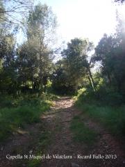 Capella de Sant Miquel de Vilaclara - Darrera part del camí, a peu.