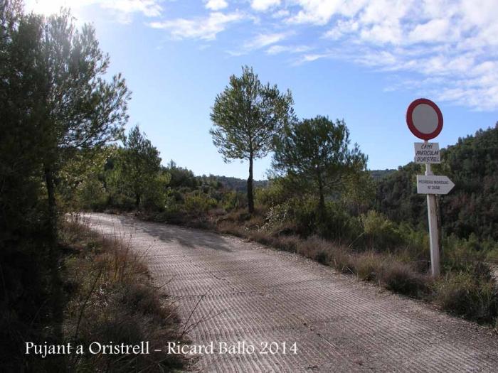 Capella de Sant Pere d'Oristrell – El Pont de Vilomara i Rocafort - Al començament de la ruta a peu.