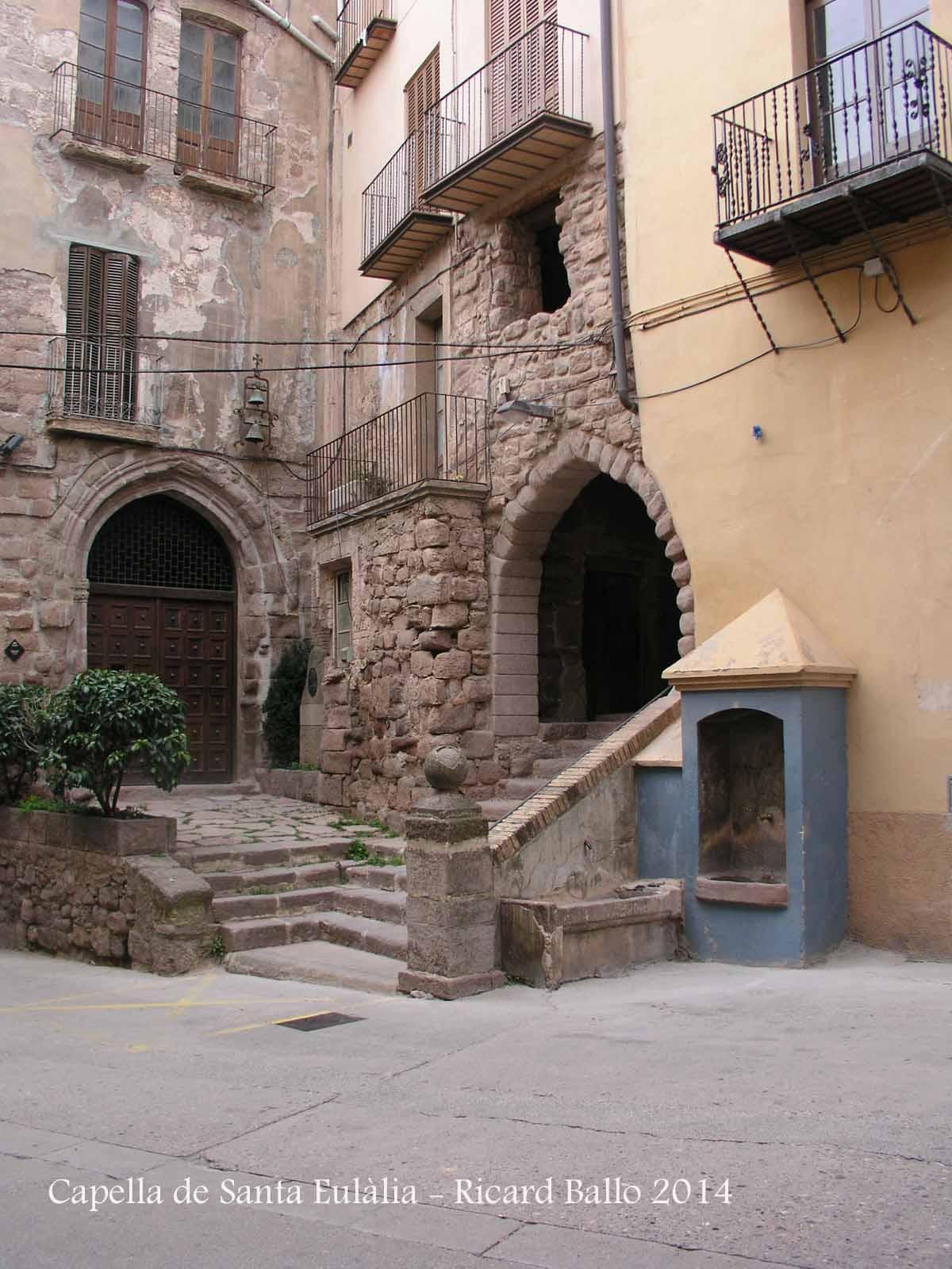 Capella de Santa Eulàlia - Cardona - A la dreta de la fotografia veiem l'arc d'entrada al Passadís de l'antic hospital de Cardona.