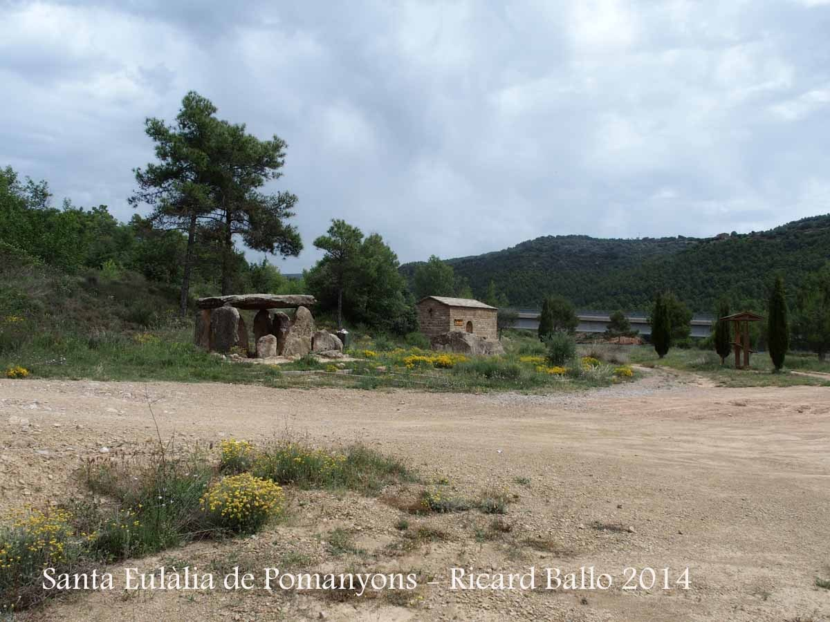 Capella de Santa Eulàlia de Pomanyons – La Baronia de Rialb - En primer terme, a l'esquerra, el dolmen de Sòls de Riu.