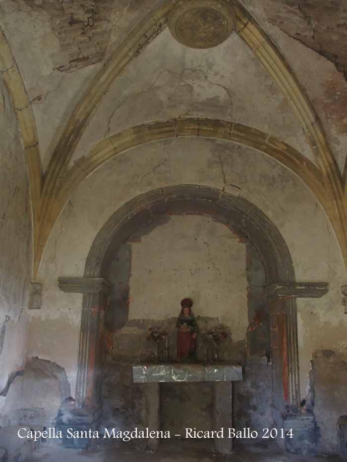 Capella de Santa Magdalena – Santa Maria de Merlès - Fotografia de l'interior, obtinguda introduint l'objectiu de la màquina de fotografiar a través del reixat que hi ha a la porta d'entrada.