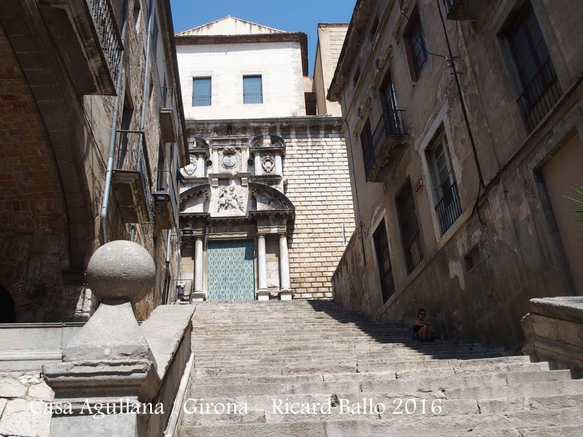 Vista de l'Església de Sant Martí Sacosta des de la part baixa del carrer Pujada de Sant Domènec