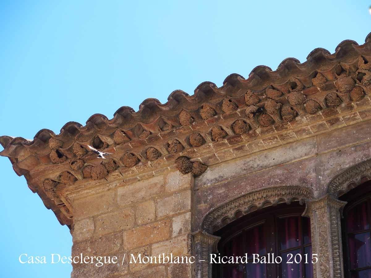 Casa Desclergue – Montblanc - Detall, on s'observa la munió de nius d'oreneta enganxats a la façana d'aquesta edificació