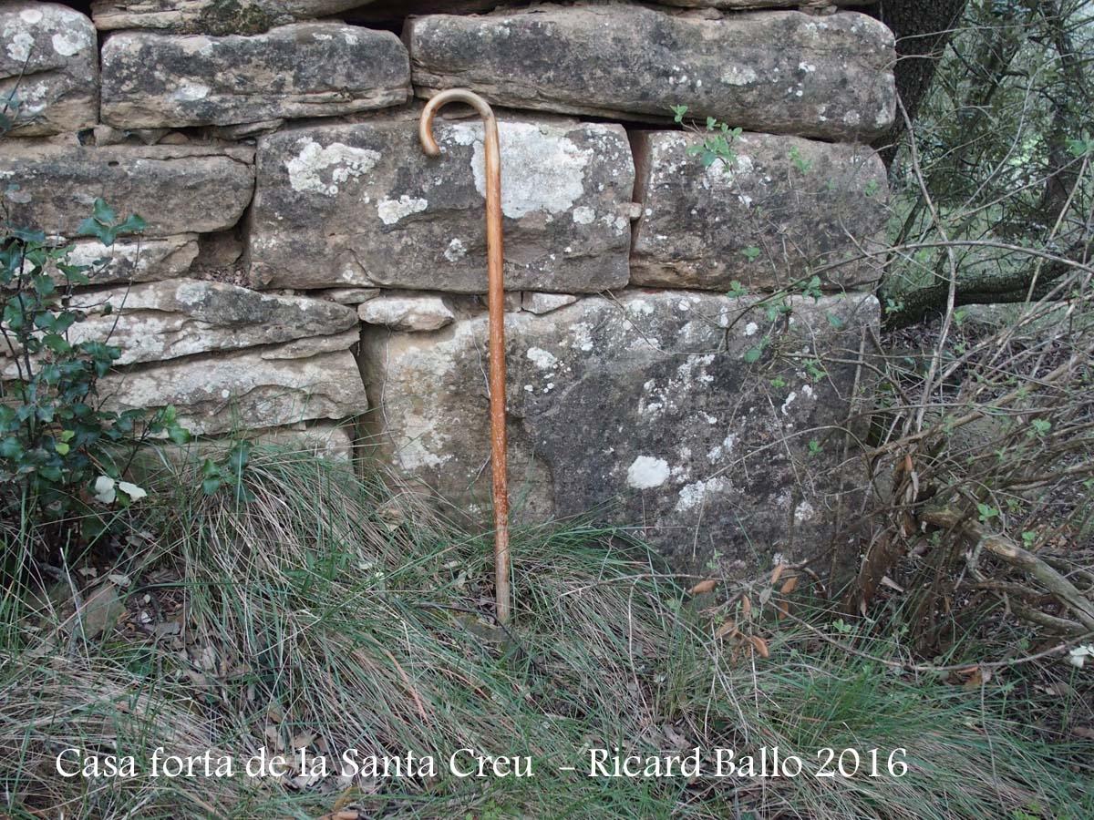Casa Forta de la Santa Creu – Artesa de Segre - El bastó de muntanya ens permet valorar les notables mides de les pedres amb que esà aixecada aquesta construcció.