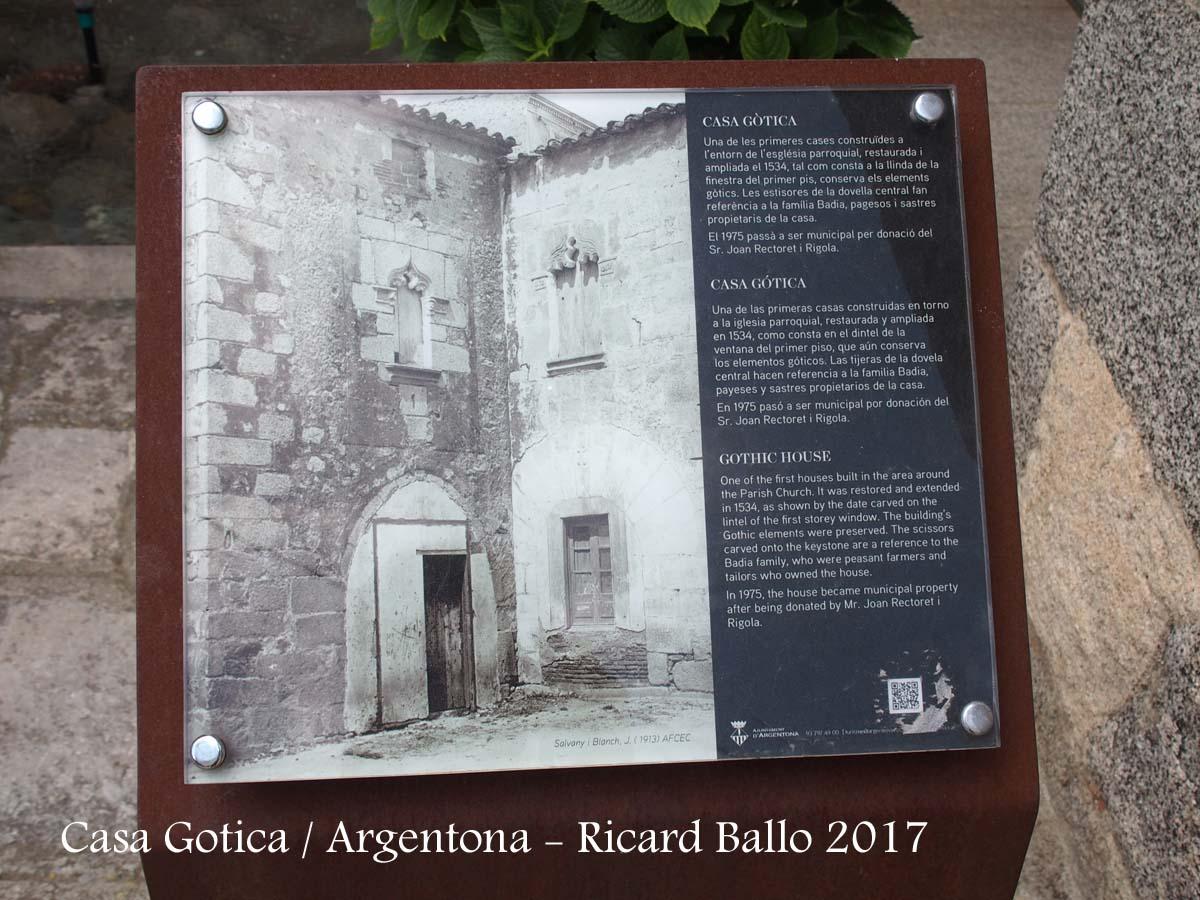 Casa Gòtica – Argentona - Plafó informatiu situat al davant de l'edificació