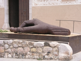 """El Morell - Estàtua - """"La mà com a eina""""."""