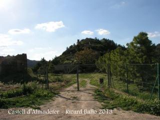 Caseres - Camí cap el Castell d'Almudèfer - Final del recorregut: al davant de la porta d'entrada a la finca.