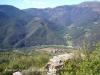 La localitat d'Arcalís vista des de les restes del castell del mateix nom. Vegi's també que la vegetació inunda aquesta construcció.