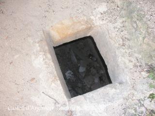 Castell d'Argimon - Interior de la torre, on hi ha una entrada a una estança inferior, completament fosca.
