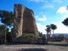 Restes del castell de Banyeres del Penedès - Darrere de la Torre apareix Cal Ventosa, una edificació d'estil noucentista, del segle XX i al fons de la fotografia, l'església parroquial de Santa Eulàlia