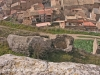 Castell de Biosca - Biosca als peus del castell. En primer terme, restes d\'una torre rodona.
