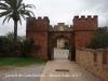 Castell de Castelldefeles - Passeig en direcció a la sortida del recinte - Porta d'entrada