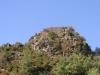 Castilló de Tor. Dalt del turó, visible des de la carretera, és on hi ha les restes del Castell de Castilló de Tor. (Fotografia amb teleobjectiu).