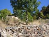 Castilló de Tor - Aquí veiem la casa a l'esquerra i la columna a la dreta.