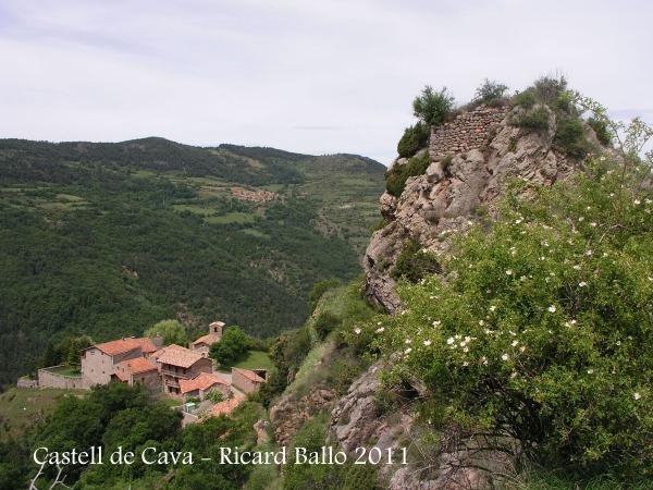 Castell de Cava - Vista de les minses restes del castell.