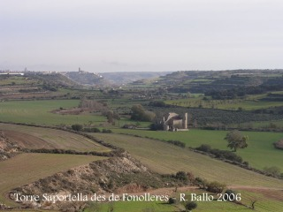 Vistes de la Torre Saportella en primer terme i Cervera al fons, des del castell de Fonolleres.