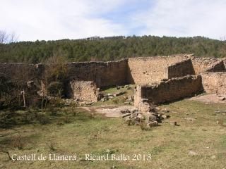 Castell de Llanera - Esquelets d'estances exteriors del castell.