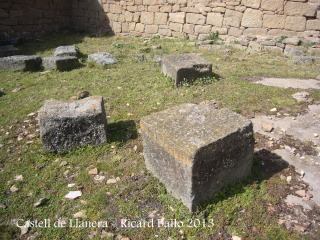 Castell de Llanera - Pedres de bona mida i ben tallades.